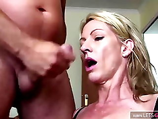 Blonde Notgeile MILF In Absoluter Ficklaune